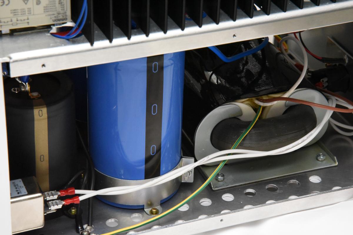 オーディオデザインのパワーアンプのシャーシ構造